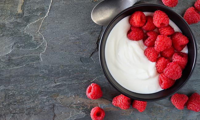 Saiba mais sobre os iogurtes ricos em proteína, como os gregos, os skyr e os kvarg.